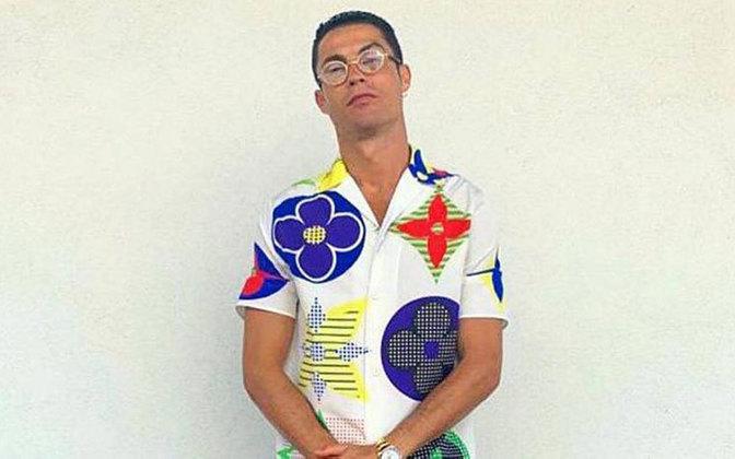 Cristiano Ronaldo também chama atenção para seu modo de se vestir. O craque opta por roupas de marcas famosas e caras para desfilar fora do campo em aparições públicas. Nesta foto, CR7 aparece vestindo um modelo que vale em torno de 8 mil reais