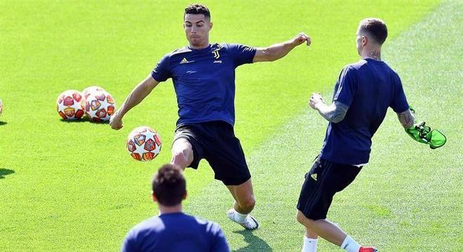 Cristiano Ronaldo controla a bola em treino da Juventus