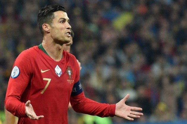 Cristiano Ronaldo x repórter português: Na Eurocopa de 2016, os jogadores de Portugal passeavam pela cidade de Lyon, quando um repórter abordou Cristiano Ronaldo e perguntou se ele estava pronto para o duelo contra o Hungria. Revoltado, CR7 pegou o microfone do jornalista e o atirou em um lago.