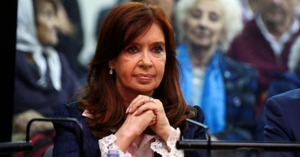 Com leitura de acusações, termina 1º dia do julgamento de Kirchner