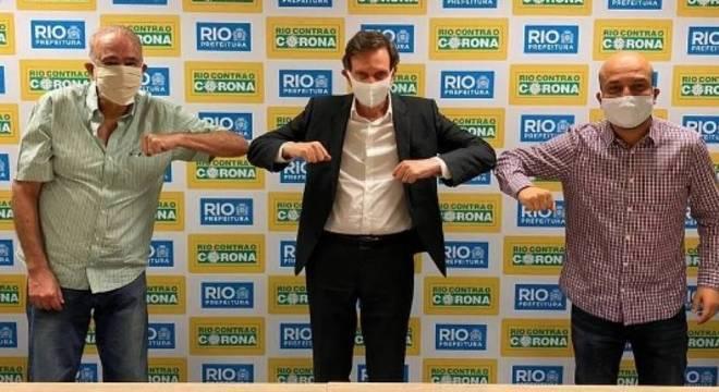 Crivella (ao centro) comemorando com o vice-presidente do Cref1 (à esquerda) e o vereador Felipe Michel