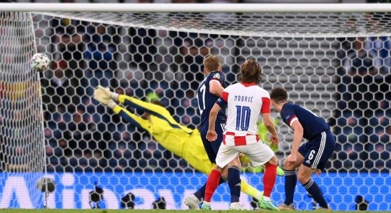 O momento do golaço de Modric, então Croácia 2 X 1 Escócia
