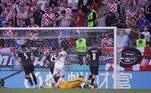 A Espanha conseguiu o empate na base da vontade! Gayá tentou duas vezes e a bola sobrou com Sarabia, que bateu forte para fazer 1 a 1 ainda no primeiro tempo