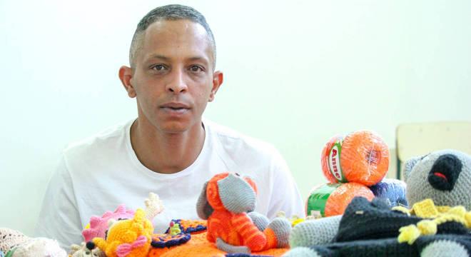 """Fabiano manda as peças de crochê que faz para a família. """"Forma de consertar a vida"""", diz ele"""
