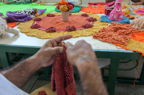 Movimentos rápidos com agulha e linhas ganham forma em diversas peças de crochê