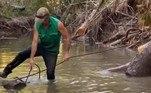 Matt e o companheiroTommy Nichols tentavam remover alguns troncos da água,que atrapalhavam a navegação no localVale o clique:Raridade! Pescador fisga 'vômito de baleia' no valor de R$ 1,1 milhão