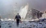 10h28 - A torre norte desabaA torre norte do WTC desmorona 102 minutos depois de ter sido atingida. Uma imensa nuvem de poeira cobre todo o sul de Manhattan