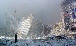 09h59 - A torre sul desmoronaA torre sul do WTC desmorona em 10 segundos, em meio a uma chuva de fogo, aço e pó. O impacto foi tão grande que os vestígios de DNA de centenas de vítimas nunca foram encontrados
