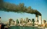 O choque abre uma fenda enorme nos andares superiores do edifício, que ficam em chamas. Uma espessa coluna de fumaça se ergue dos andares superiores do arranha-céu