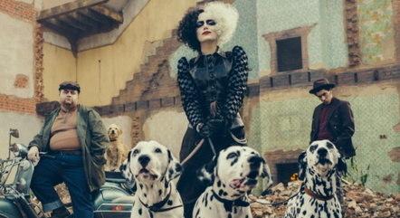 Paul Walter Hauser, Emma Stone e Joel Fry em cena do live-action 'Cruella'