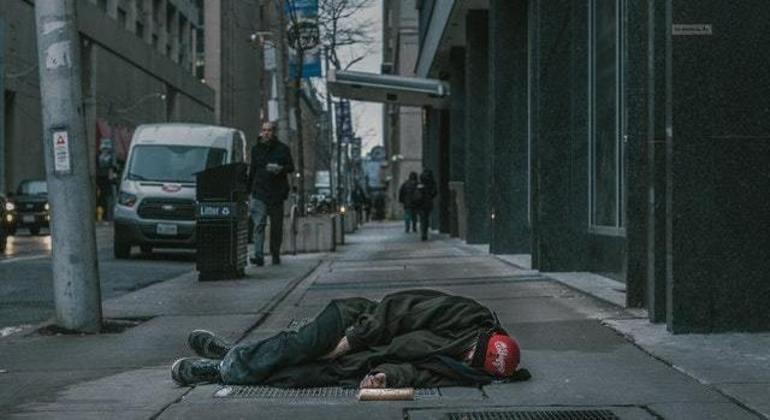 Moradores de rua precisam de apoio para se abrigar do frio