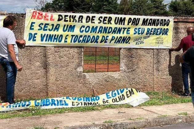 Cruzeirenses protestam contra a má fase do time e cutucam Abel Braga: 'Bebedor de vinho e tocador de piano' (22/11/19)
