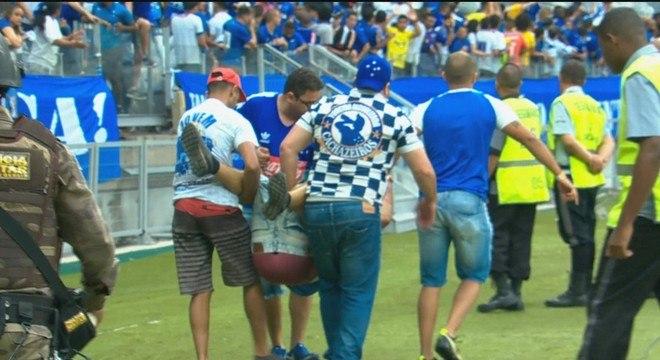 Torcedores machucados, vândalos, bombas. O Cruzeiro mereceu o rebaixamento