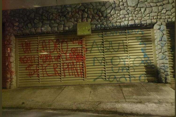 """Garagem do ex-presidente do Cruzeiro. """"Aqui mora um ladrão"""""""