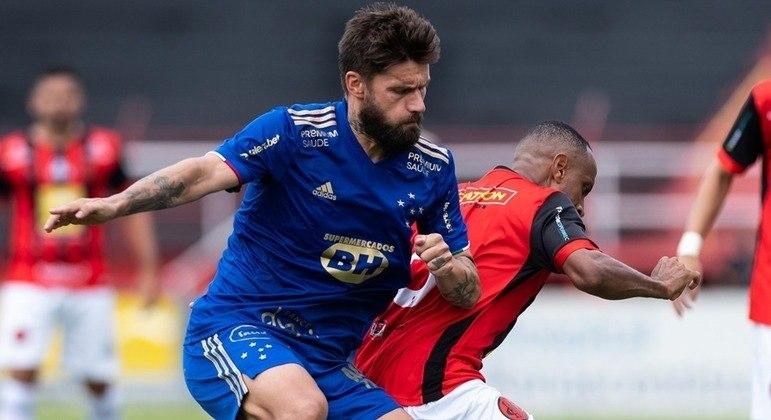 Cruzeiro leva gol de jogador lesionado, perde e pode não ir às semis
