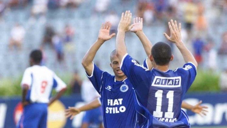 Cruzeiro - 2003: O primeiro campeão do primeiro turno do Brasileiro foi o Cruzeiro, em 2003. A Raposa conseguiu fazer 47 pontos na primeira parte do campeonato, que era disputado por 24 equipes. No fim do campeonato,o Cruzeiro foi campeão.