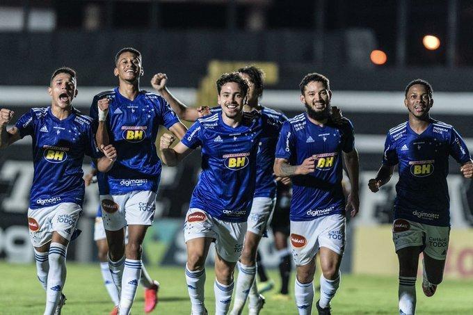Time comemora vitória. Um bilhão em dívidas faz Cruzeiro manter elenco limitado