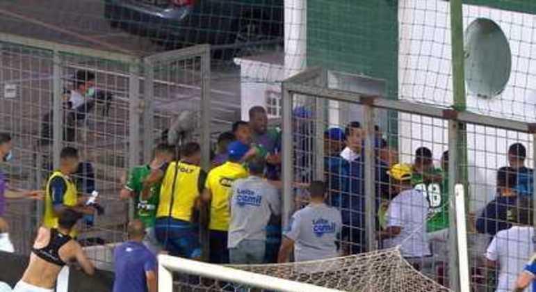 A lastimável confusão após a derrota para o CSA. Cruzeiro deverá ser punido no STJD