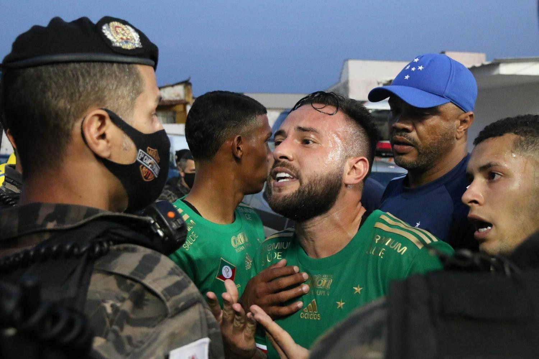 O Cruzeiro acumula derrotas e vexames, como querer agredir jogadores do CSA
