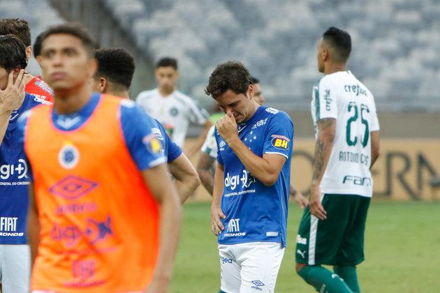 Cruzeiro - Em 2019, a Raposa fez uma campanha turbulenta e com muitos problemas fora do campo, que refletiram diretamente nas atuações da equipe. Com problemas financeiros, o clube foi rebaixado e irá disputar a série B do Brasileirão em 2020. Atlético-MG - O Galo foi rebaixado para a Série B do Brasileiro em 2005 e retornou no ano seguinte