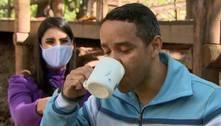 Cruzeirense paga promessa e bebe água do Arrudas após Galo vencer