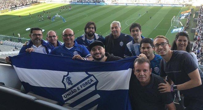 Onze dos estoicos fãs do CSA em Itaquera