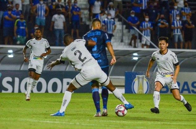 CSA - SOBE - A pressão alta da equipe do CSA foi muito importante para o time conquistar a vitória. Com a pressão, o Botafogo não conseguiu criar e mais marcou do que atacou. DESCE - O CSA cometeu 23 faltas na partida. Assim, o Botafogo teve a chance de explorar as jogadas na bola parada.