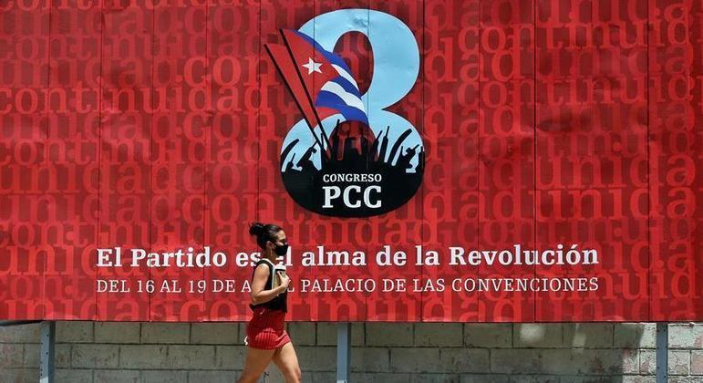 Líder do Partido Comunista, Raúl Castro, deve passar o comando para Miguel Diaz-Canel