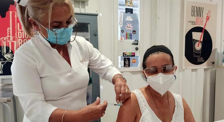 Cuba tenta controlar a covid-19 com vacinas produzidas no país