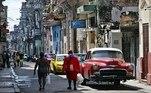 Cuba superou na sexta-feira (18) a marca de 5.000 casos de covid-19 e 111 mortes em decorrência da doença. A pandemia continua avançando no país, mas alguns cubanos tentam manter a vida cotidiana normalmente, dentro do possível e com uso de máscaras