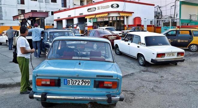 Fila em posto de combustível em Havana: novas sanções dos EUA agravam crise em Cuba