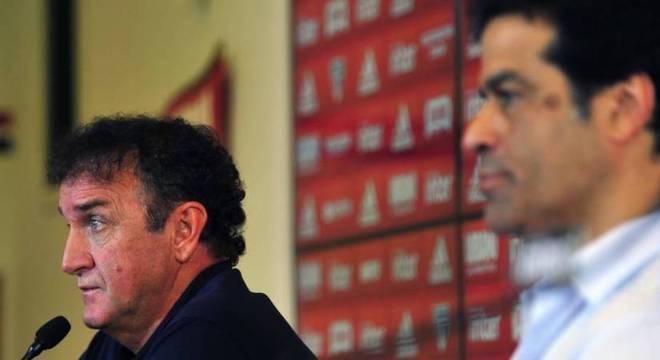 Apesar da diretoria pressionar, Cuca quer Daniel Alves na lateral