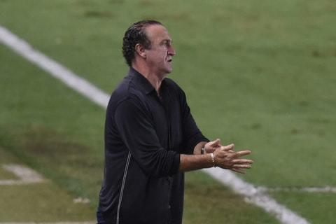 Cuca, com reservas, travou o São Paulo. Principalmente, o veterano Daniel Alves