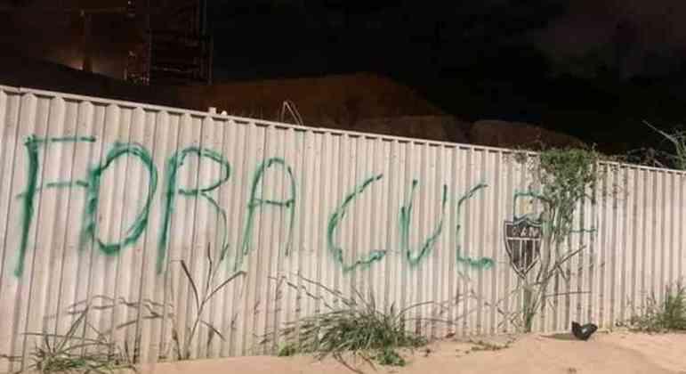 A pressão para a saída de Cuca já no tapume das obras da arena atleticana