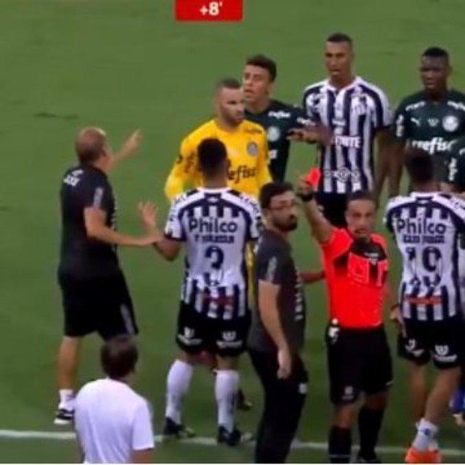 Cuca provocou sua infantil expulsão. Distraiu seu time, que perdeu a Libertadores