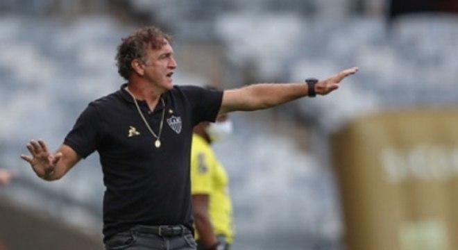 """Cuca falou que o conjunto do Atlético-MG é melhor, mas não quer entrar em """"oba-oba"""" com favoritismo diante do Cruzeiro"""