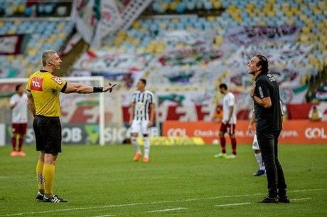 Cuca conversa com Daronco durante o jogo