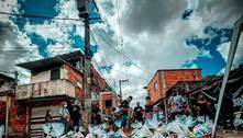 Cesta básica doada em favela de SP auxilia mãe em luta por recomeço