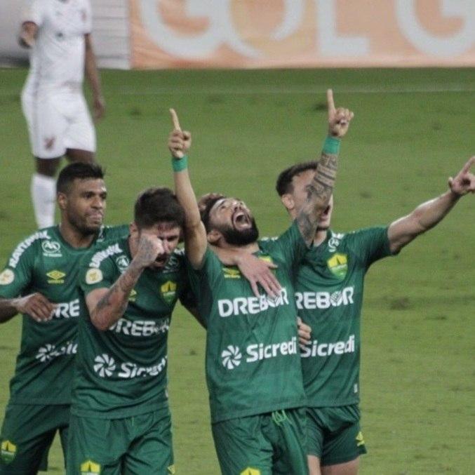 Jogadores do Cuiabá comemoram gol da vitória no Brasileirão