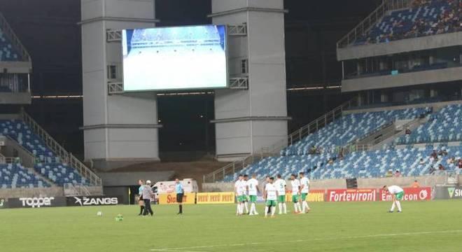 Jogadores do Cuiabá ficaram esperando o adversário, que não veio à campo