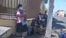 Pessoas fazem fila para matar fome com ossos de carne em Cuiabá (MT)
