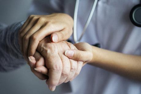 Cuidador precisa se proteger e proteger o paciente