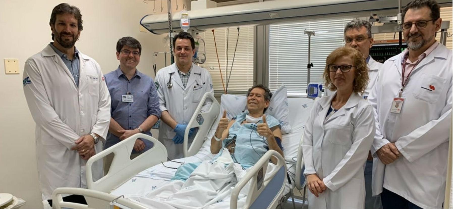 Médicos com o paciente Vamberto de Castro, submetido a procedimento inédito (Divulgação/Agência Fapesp)