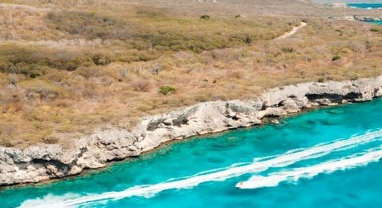 Curaçao é uma ilha holandesa localizada no Caribe, mas colada na Venezuela. O local contém ilhas escondidas e uma vida marinha rica. É o 28° geral, sendo o sétimo paraíso fiscal da lista.