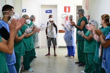 Hospital de BH homenageia curados da covid-19