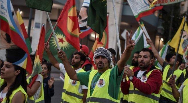 Curdos em Atenas protestam contra decisão de Trump, que foi vista como 'punhalada pelas costas' pelos grupos que combateram o Estado Islâmico