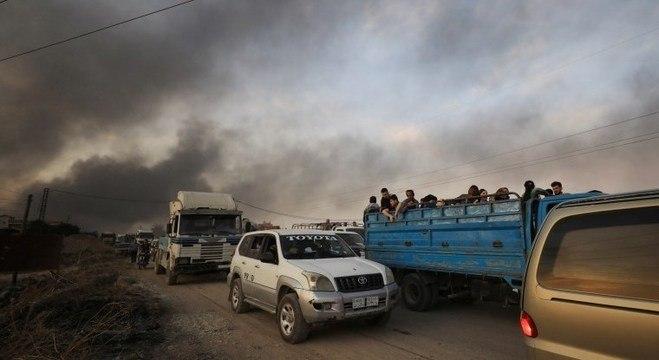 Moradores fogem de Ras al Ain, no norte da Síria, após ataque turco
