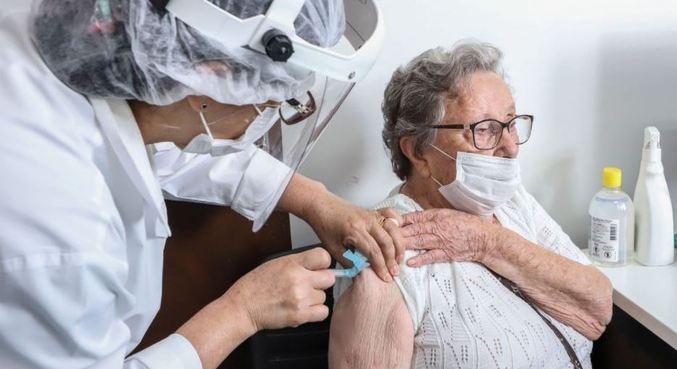 Curitiba aplica dose de reforço em idosos