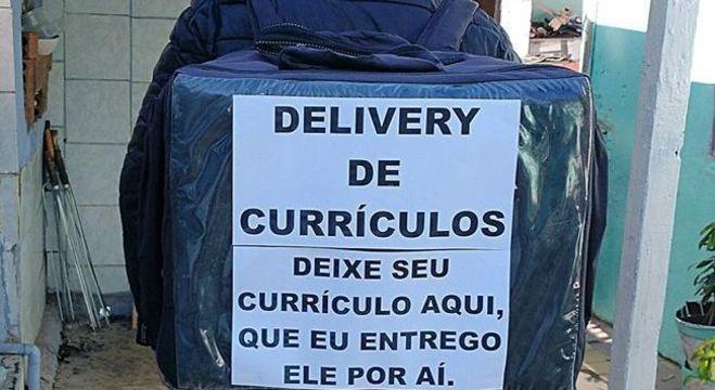 Homem faz delivery voluntário