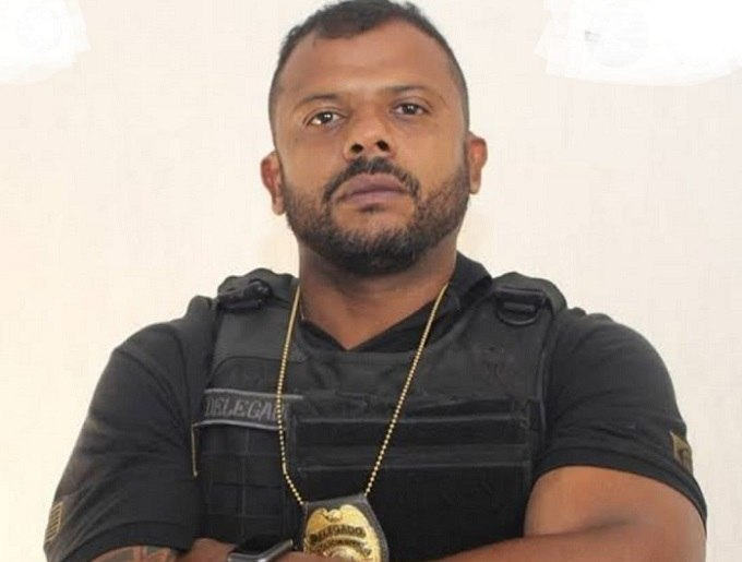 Da Cunha entregou armas e distintivo nesta quinta-feira (29)